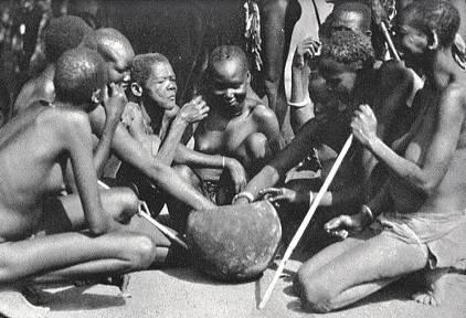 Afrika és Óceánia egyes vidékein az elszigetelten élő természeti népek ma is ragaszkodnak a földre helyezett közös tálból történő étkezés hagyományához (payer.de)