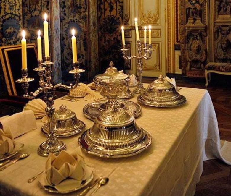 A barokk korban a különböző fogásokat fedeles tálakban helyezték a királyi vagy főúri asztalokra, amelyeket gyertyatartók és cifrán hajtogatott szalvéták is díszítettek (Forrás: pinterest.com)