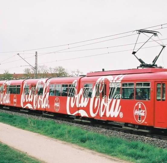 A múlt század második felétől a járművek (vonatok, villamosok, kamionok stb.) is a reklámozás hatékony eszközeivé váltak • Kép forrása: attus.hu