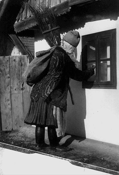 """Az 1700-as években törvény tiltotta a Miklós-napi alakoskodást, """"a házrul-házra való énekliseket, melyek által az éjszakai csendesség sértődik"""" (sulinet.hu)"""