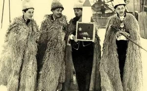 """A pásztorjárás szereplői karácsonyestén járták énekelve a falvakat kifordított bundákban, kezükben pásztorbottal és a """"kisbéres"""" által vitt betlehemi jászollal (sulinet.hu)"""