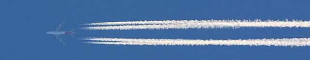 A kondenzcsík alakjának változásából a magasabb légrétegben uralkodó légmozgások irányára, erősségére következtethetünk • Forrás: Wikipédia