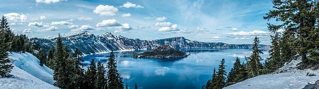 Az észak-amerikai Kráter-tó az indián monda szerint egy csata eredménye, amelyben az ég istene az alvilágba zárta a halál istenét, ráomlasztva a Mazam-hegy csúcsát • Forrás: Wikimedia Commons