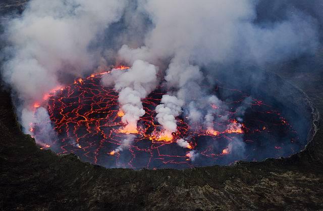 A kongói Nyiragongo Ördög Fürdőjének is nevezett, a becslések szerint 600 méter mély, izzó magmával telt krátertava Földünk nyolc lávatavának egyike • Forrás: Wikimedia Commons