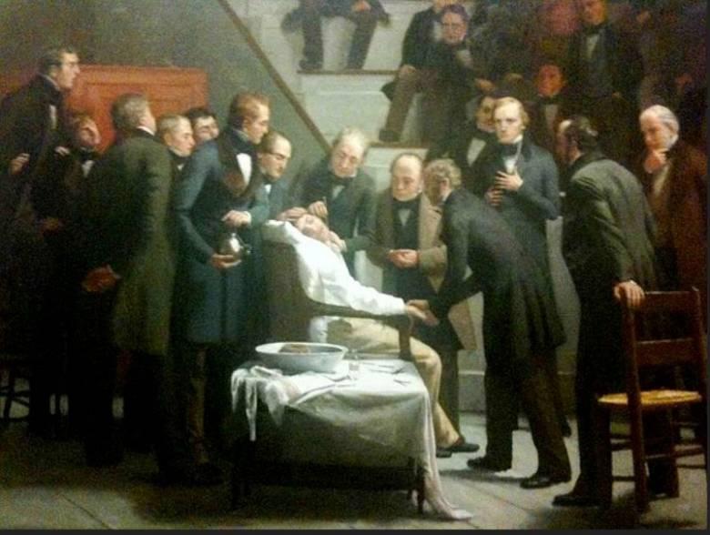 Éterrel altatott betegen a legelső nyilvános műtétet Bostonban végezték 1846-ban, orvosokból és medikusokból álló népes közönség előtt • Robert C. Hinckley: Az éter napja, 1882–1893 • Forrás: Wikimedia Commons