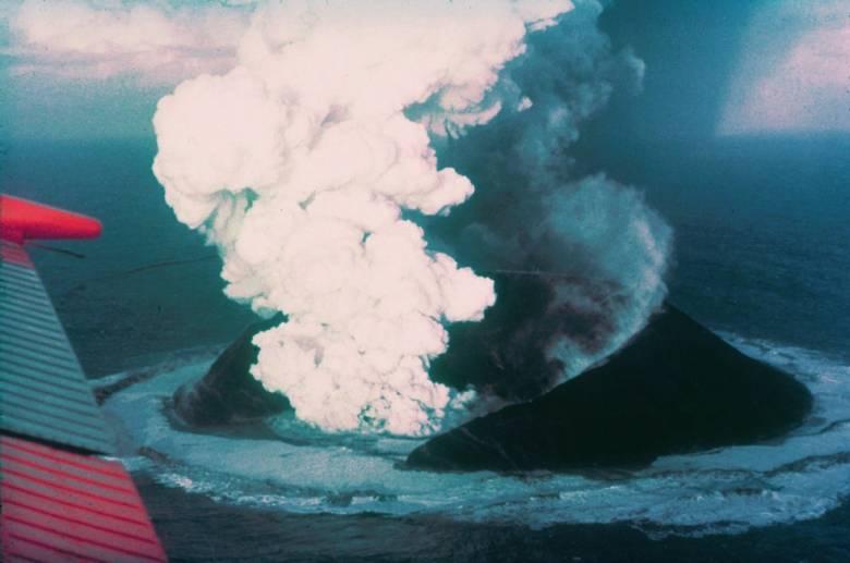 Vulkánkitörés nyomán, nagyrészt megkövesedett lávából és hamuból jött létre 1963-ban, Izland partjainak közelében a máris számos növény- és madárfajnak otthont adó Surtsey-sziget  • Forrás: Wikimedia Commons