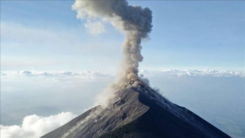 Indonézia (és a világ) legveszélyesebb vulkánjának tartott – Jáva szigetén emelkedő, átlag évente kétszer kitörő – Merapi 2019 augusztusában • Forrás: aa.com