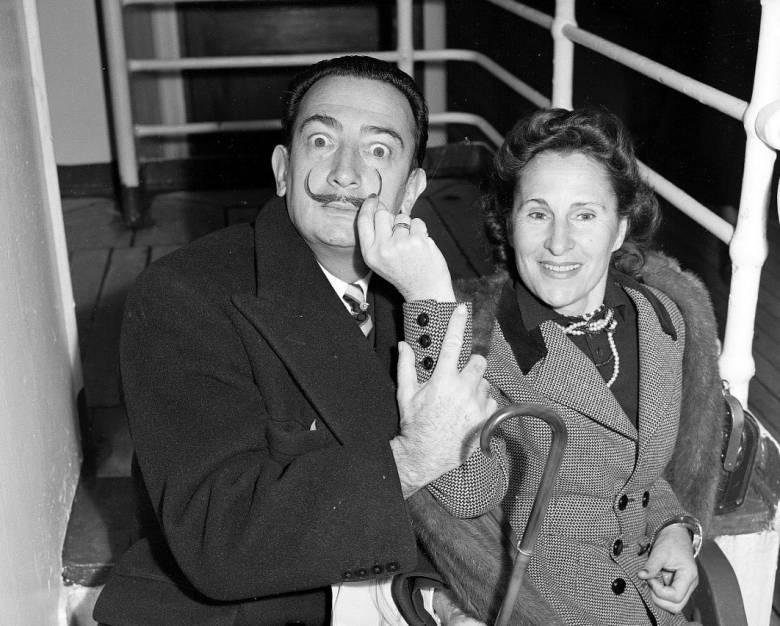 Az orosz származású Elena Diakonova (Gala) előbb a költő Paul Éluard szerelme volt, majd a szürrealista festő Salvador Dali felesége, számos festményen megörökített múzsája • Kép forrása: theparisreview.org