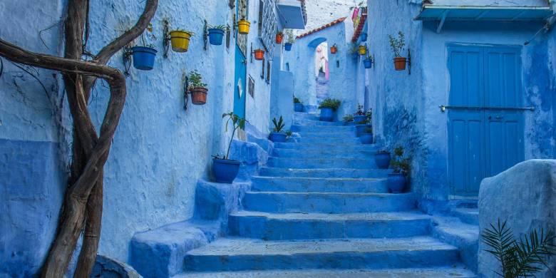 Marokkó kék városában (Chaouenben) a házfalak, az utcák kövezete, a lakosok öltözete és berendezési tárgyainak többsége az indigókék különböző, nyugalmat, harmóniát és a végtelen égboltot jelképező árnyalataiban pompázik • Forrás: anamoralesblog.com