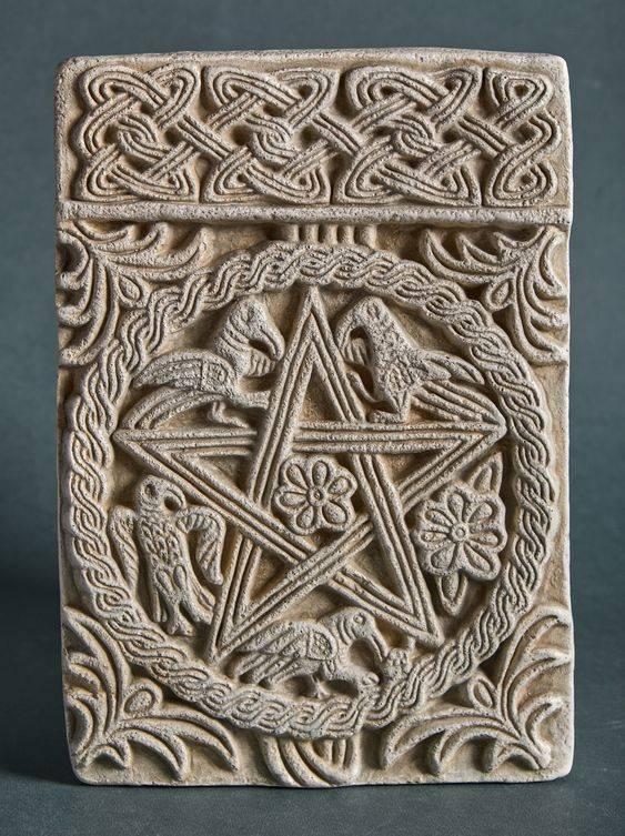 Tökéletességet jelképező pentagramma (szabályos ötszög átlóiból alkotott csillag) a horvátországi Split középkori kápolnájában • Kép forrása: etsy.com