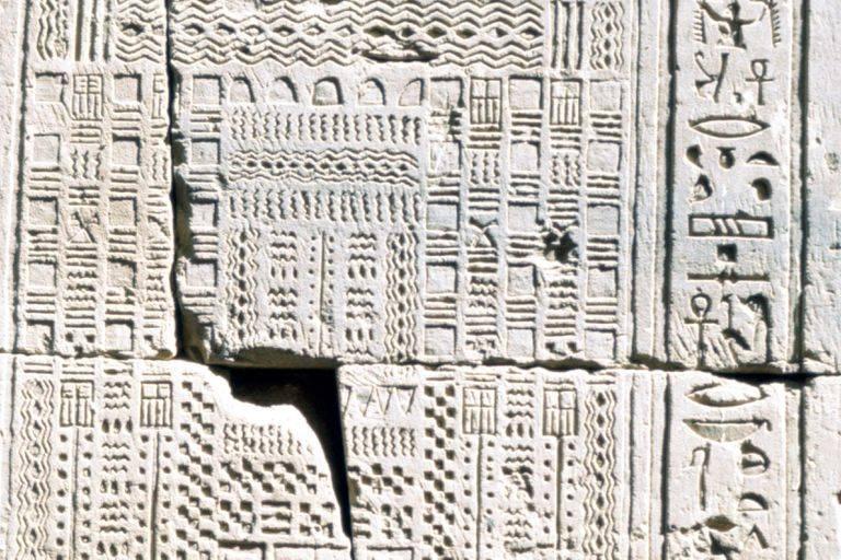 Agyagba vésett, a szerencsés és balszerencsés napokat a megfelelő hieroglifákkal feltüntető óegyiptomi naptár töredéke a Kr. e. 2400-as évekből • Forrás: thoughtco.com