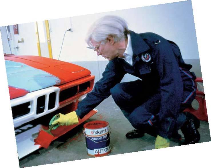 A '70-es években a BMW autógyártó cég egy verseny keretében megmutatta a a nagyvilágnak a Művész-autókat. Ezek közül  egyet Warhol saját elképzelése szerint színezett ki.