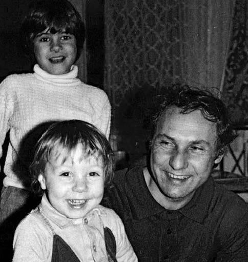 Apukájával és öccsével tizenévesen